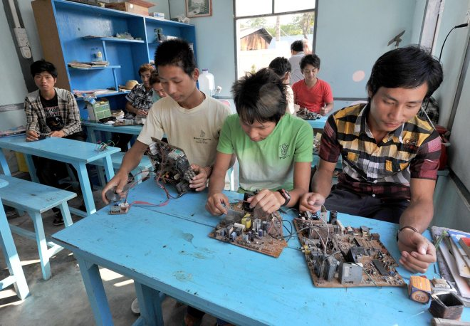 Schritt für Schritt lernen die Brüder Schritt für Schritt lernen die Brüder Htun Lin, Joseph und Soe Moe (v.r.) im Don-Bosco-Jugendzentrum in Mandalay, wie man alte Elektronikgeräte repariert.  Foto: Ruth Bourgeois/Storymacher