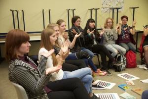 as Vaterunser in Gebärdensprache erlernten die Teilnehmer dieses Workshops.Foto: gg